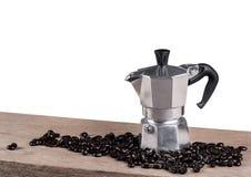 A vida do potenciômetro do café ainda na tabela de madeira isolou o fundo Imagem de Stock