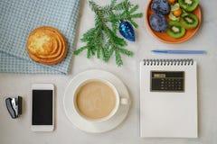 Vida do ` s do ano novo ainda no escritório Bolo, café com leite, calc Foto de Stock Royalty Free