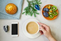 Vida do ` s do ano novo ainda no escritório Bolo, café com leite, calc Foto de Stock
