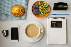 Vida do ` s do ano novo ainda no escritório Bolo, café com leite, calc Fotografia de Stock
