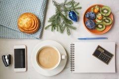 Vida do ` s do ano novo ainda no escritório Bolo, café com leite, calc Imagem de Stock Royalty Free