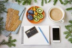 Vida do ` s do ano novo ainda no escritório Bolo, café com leite, calc Fotos de Stock