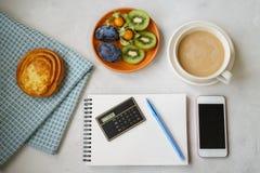 Vida do ` s do ano novo ainda no escritório Bolo, café com leite, calc Imagens de Stock