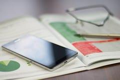 Vida do stiill da carta de negócio com telefone celular, lápis e vidros foto de stock royalty free