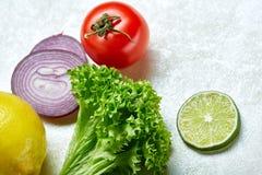 Vida dos legumes frescos ainda Veges alinhou em um fundo branco, vista superior, close-up, foco seletivo, espaço da cópia Fotos de Stock Royalty Free