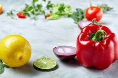 Vida dos legumes frescos ainda Veges alinhou em um fundo branco, vista superior, close-up, foco seletivo, espaço da cópia Imagem de Stock