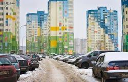 Vida en el área residencial de la ciudad: casas, coches, gente Imagen de archivo