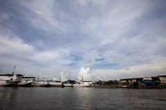 Vida en el agua en Sunda Kelapa Puerto-Jakarta Fotos de archivo
