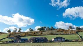 Vida en el campo - granja en la colina foto de archivo