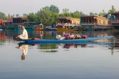 Vida en el lago Dal, Srinagar fotografía de archivo