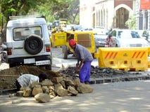 Vida en la construcción de carreteras de la India en Bombay Imagen de archivo libre de regalías