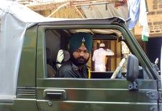 Vida en la India: Hombre sikh en vehículo militar Fotos de archivo libres de regalías