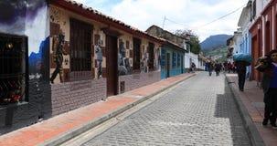Vida en las calles de Bogot? en el distrito de Candelaria de la calle del volc?n almacen de video