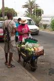 Vida en las calles de Mindelo Vendedor ambulante de verduras imagen de archivo