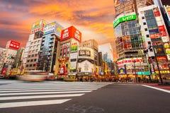Vida en las calles en Shinjuku el 28 de marzo de 2016 Imagenes de archivo