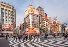 Vida en las calles en Shinjuku el 28 de marzo de 2016 Shinjuku es una sala especial situada en Tokio Imagen de archivo libre de regalías