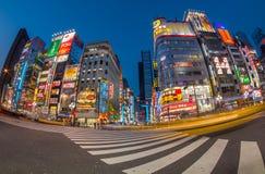 Vida en las calles en Shinjuku el 28 de marzo de 2016 Shinjuku es una sala especial situada en Tokio Fotografía de archivo