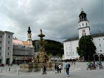 Vida en las calles en un cuadrado en Salzburg, Austria Imagenes de archivo