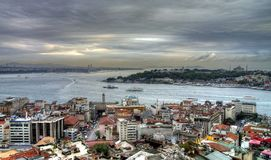 Vida en las calles turca de Estambul en un día lluvioso del otoño Foto de archivo