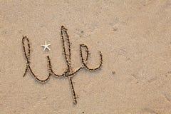 Vida escrita na areia Fotos de Stock Royalty Free