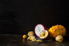 Vida exótica oscura todavía de la fruta tropical Foto de archivo libre de regalías
