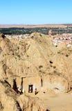 Vida familiar cerca de la cueva-casa en Guadix, España Imagen de archivo libre de regalías