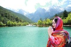 Vida feliz calma, rapina chinesa asiática descuidada da mulher por um lago imagem de stock