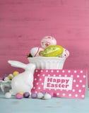 Vida feliz da Páscoa ainda com coelho e bacias de ovos Fotos de Stock Royalty Free