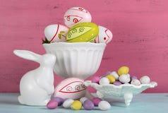 Vida feliz de Pascua aún con el conejito y los cuencos Fotos de archivo libres de regalías