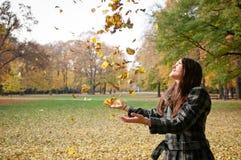 Vida feliz - hojas que lanzan de la mujer en caída Imagen de archivo
