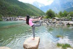 Vida feliz pacífica, yoga china asiática descuidada de la mujer imagenes de archivo