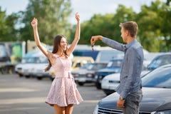 Vida feliz Una mano del ` s del hombre con llaves del coche con los botones para abrir o para cerrar la cerradura de puerta de co Imágenes de archivo libres de regalías