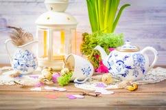Vida floral de la primavera aún con la tetera azul Imagen de archivo