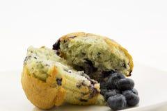 Vida fresca dos muffin de blueberry e das bagas ainda Imagens de Stock