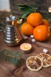 A vida imóvel de ano novo com os mandarino frescos, iluminados turka da vela e do cofee no fundo de madeira fotografia de stock royalty free