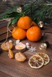 Vida imóvel do Natal com os mandarino, os marshmallows, a festão e o floco de neve frescos no fundo de madeira fotografia de stock