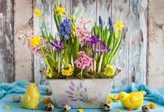 Vida inmóvil de Pascua con las flores de la primavera, huevos imágenes de archivo libres de regalías