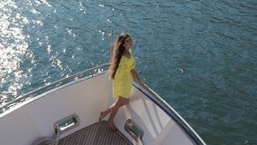Vida luxuoso de uma jovem mulher em um iate no movimento lento video estoque