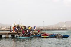Vida nas ruas de Mindelo Pescadores com uma captura e vendedores Fotos de Stock Royalty Free