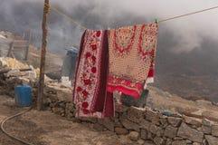 Vida Nepali tradicional del pueblo Mantas de ventilación antes del invierno fotos de archivo
