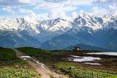 Vida no pé das montanhas Fotografia de Stock Royalty Free