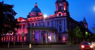Vida nocturna con el ayuntamiento en Belfast, Reino Unido la capital de Irlanda del Norte almacen de metraje de vídeo