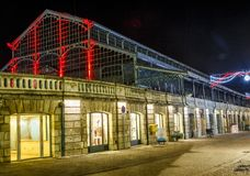 Vida nocturna de la Navidad, viejo mercado iluminado en el centro de ciudad del niort Imágenes de archivo libres de regalías