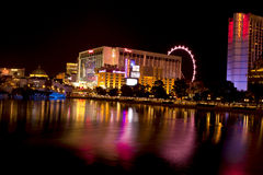Vida nocturna de Las Vegas a lo largo de la tira famosa Foto de archivo libre de regalías