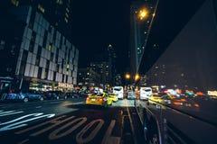 Vida nocturna en las calles de Manhattan Imágenes de archivo libres de regalías