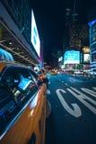 Vida nocturna en las calles de Manhattan Imagen de archivo