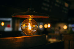 Vida noturno retro da iluminação, café da ampola do vintage fotografia de stock royalty free