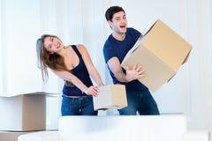 Vida nova Os pares no amor que move-se e mantêm uma caixa em suas mãos e Fotografia de Stock Royalty Free