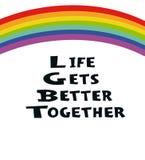 A vida obt?m melhor junto - o cartaz tirado m?o Conceito de LGBT Arco-?ris e texto escrito ? m?o Rotulando para o cartaz, bandeir ilustração do vetor