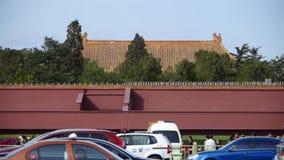 A vida ocupada do tráfego de carro da rua da cidade, madeiras protegeu o telhado antigo da construção da parede vermelha video estoque
